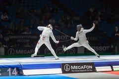 Mezzo di atleti di battaglia sul campionato del mondo nella recinzione Fotografia Stock