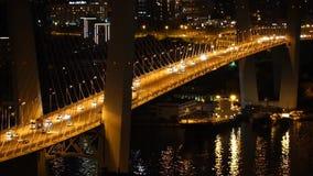 Mezzo di Bredge dorato alla notte Vladivostok stock footage