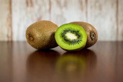 Mezzo kiwi e kiwi due Immagini Stock