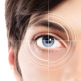 Mezzo primo piano del fronte dell'occhio azzurro da un hologra del laser e del giovane immagine stock libera da diritti