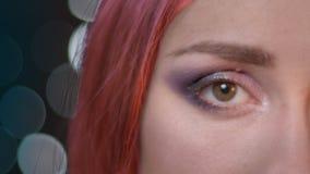 Mezzo ritratto del fronte del primo piano di giovane femmina attraente con capelli tinti rossi che esaminano macchina fotografica archivi video