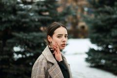 Mezzo ritratto di lunghezza di bella giovane ragazza castana in cappotto immagine stock libera da diritti