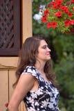 Mezzo ritratto di profilo del corpo di giovane donna bionda che si appoggia parete Immagine Stock Libera da Diritti