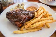 Mezzo scaffale delle costole di carne di maiale del barbecue con le patate fritte Fotografia Stock Libera da Diritti