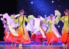 In mezzo - tutti i fiori fioriscono insieme - il ballo dinamico di opera di Pechino Immagini Stock Libere da Diritti