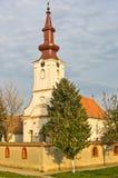 Mezzogiorno in punto sull'orologio della torre di chiesa Fotografie Stock