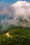 Mgła i niskie chmury nad linii horyzontu przejażdżką od Małych Kamienistych mężczyzna falez w Shenandoah parku narodowym, widzieć zdjęcie stock