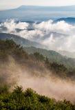 Mgła i niskie chmury rozjaśniamy z Błękitnej grani po lato burzy w Shenandoah parku narodowym Fotografia Royalty Free