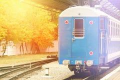 Mgła i słońce błyszczymy retro kolejowego dworzec Rocznika koloru styl Pojęcie nostalgia Zdjęcia Stock