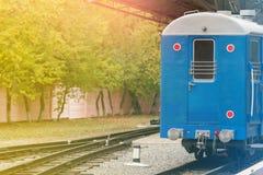 Mgła i słońce błyszczymy retro kolejowego dworzec Rocznika koloru styl Pojęcie nostalgia Fotografia Royalty Free