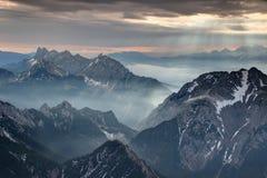 Mgła i sunbeams przy świtem w Karawanken Karavanke górach Obrazy Stock