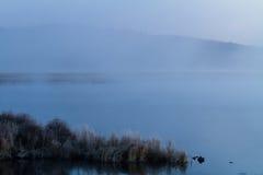 Mgła jezioro w wczesnym poranku Obrazy Royalty Free
