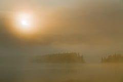 Mgła na halnym jeziorze i powstającym słońcu Obrazy Royalty Free