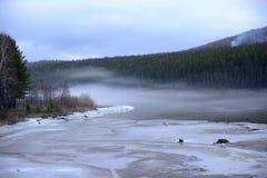 Mgła nad rzeką, dryfujący lód Fotografia Royalty Free