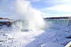 Mgła Niagara i tęcza Spadamy w zimie Obrazy Stock