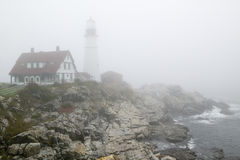Mgła okrywa Portlandzką Kierowniczą latarnię morską w przylądku Elizabeth, Maine Obraz Stock