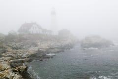 Mgła okrywa Portlandzką Kierowniczą latarnię morską w przylądku Elizabeth, Maine Obrazy Stock