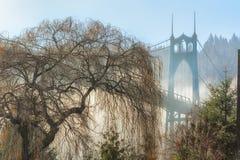 Mgła Okrywający St Johns most Portland Oregon obrazy royalty free