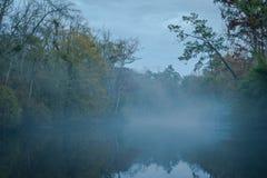 Mgła na Abita rzece zdjęcia stock