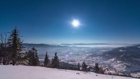 Mgła rusza się nad górą w zimie z gwiazdkowatym niebem zbiory wideo