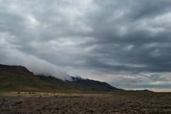 Mgła stacza się nad Stansbury górami obraz stock