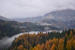 Mgła w dolinie rzeka dzieli jesień od zimy obrazy stock