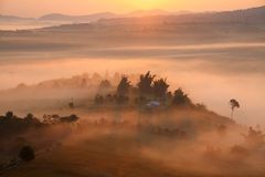 Mgła w ranku wschodzie słońca i droga przy Khao Takhian Ngo widoku punktem a fotografia royalty free