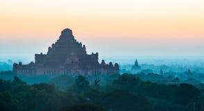 Mgła wokoło Antycznych świątyni w Bagan, Myanmar Fotografia Stock