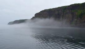 Mgła wzdłuż Dzwonkowej wyspy linii brzegowej Fotografia Royalty Free