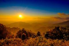 Mgła z słońce wzrosta chmurą przy Halnym punktem widzenia i racą Fotografia Royalty Free