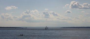 Mgławy letni dzień zatoką Fotografia Royalty Free