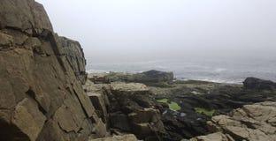 Mgłowa Nabrzeżna linia brzegowa zdjęcia royalty free