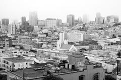 Mgłowe warunek łuny Nad sąsiedztwem Stwarzają ognisko domowe budynki San Fransisco obrazy royalty free