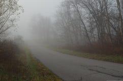 Mgłowego jesień ranku wiejska droga Obrazy Stock