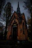 Mgłowy cmentarz przy nocą Stary Straszny cmentarz w blasku księżyca przez drzew Obraz Royalty Free