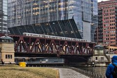 Mgłowy, dżdżysty popołudnie w w centrum Chicago jako podwyższony ` el ` pociąg, przenosi dojeżdżających przez Chicagowską rzekę Zdjęcia Royalty Free