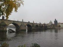 Mgłowy dzień Charles mostem zdjęcie royalty free
