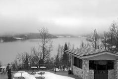 Mgłowy dzień na jeziorze Balkon z widokiem jeziorny Plastira Thess Obrazy Stock