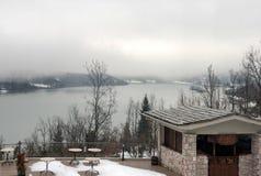 Mgłowy dzień na jeziorze Balkon z widokiem jeziorny Plastira Thess Zdjęcie Stock