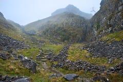 Mgłowy jesień ranek nad footpath przez przełęcza Obraz Royalty Free