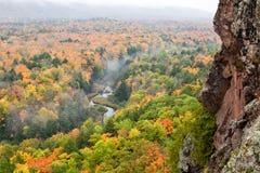 Mgłowy jesień ranek przy jeżatek gór Karpiową Rzeczną doliną Obraz Stock