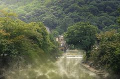 Mgłowy na rzece na ranku przy wsią Fotografia Stock