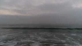 Mgłowy ranek nad plażą Dramatyczny denny wschód słońca wideo zbiory