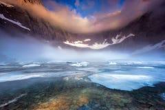 Mgłowy ranek przy Góra lodowa jeziorem zdjęcia royalty free