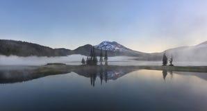 Mgłowy ranek przy iskrami Jeziornymi obrazy stock