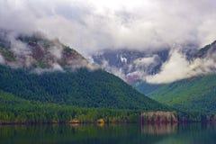 Mgłowy ranek przy Sproat jeziorem w Vancouver wyspie, Kanada fotografia stock