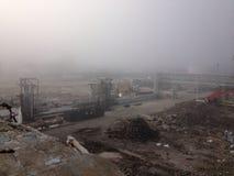Mgłowy ranek zaczynać azbestowego i rozbiórkowego gruzu cleanup Zdjęcie Stock