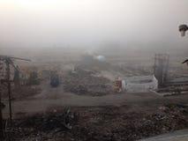 Mgłowy ranek zaczynać azbestowego i rozbiórkowego gruzu cleanup Zdjęcie Royalty Free