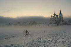 Mgłowy widok przy Ortodoksalnym kościół w zimie Fotografia Stock