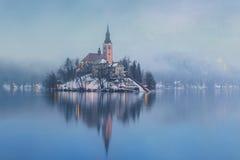Mgłowy wieczór na Krwawić jeziorze przy zimą Zdjęcie Stock